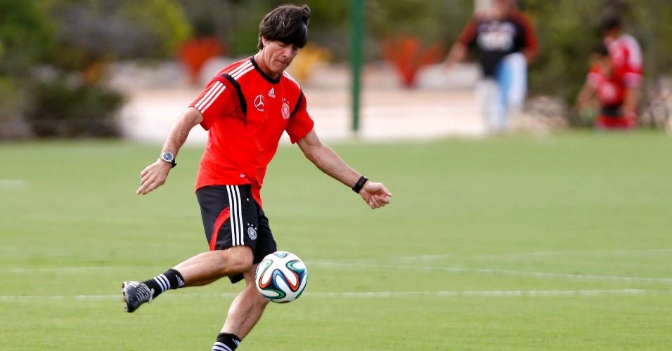 Técnico Joachim Löw brinca com a bola durante treino da Alemanha em Santo André, vila próxima a Santa Cruz Cabrália, na Bahia