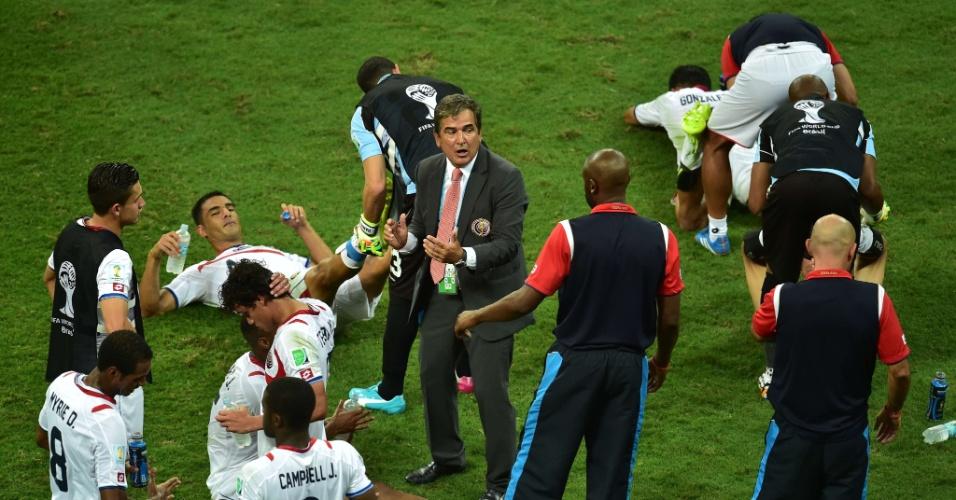 Técnico Jorge Luis Pinto conversa com jogadores da Costa Rica antes da prorrogação contra a Holanda