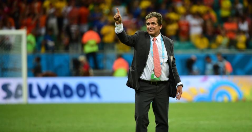 Técnico Jorge Luis Pinto cumprimenta a torcida após a Costa Rica ser eliminada pela Holanda da Copa do Mundo