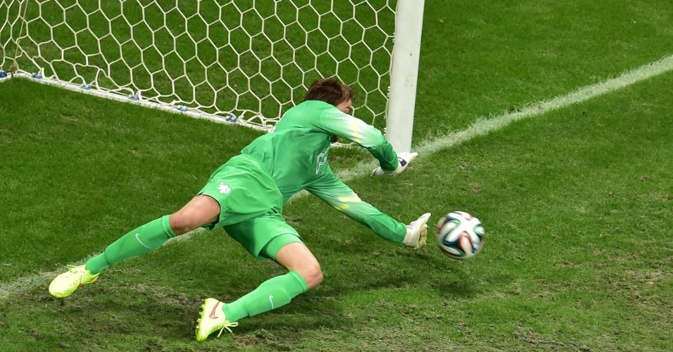 Tim Krul defende pênalti cobrado por Ruiz durante partida entre Holanda e Costa Rica
