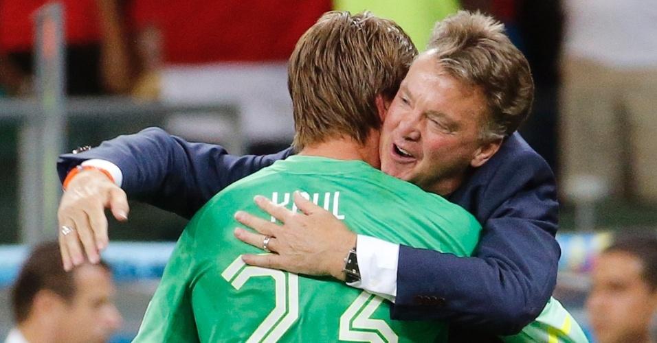 Tim Krul recebe abraço de Van Gaal após ser o herói da classificação da Holanda para a semifinal da Copa do Mundo