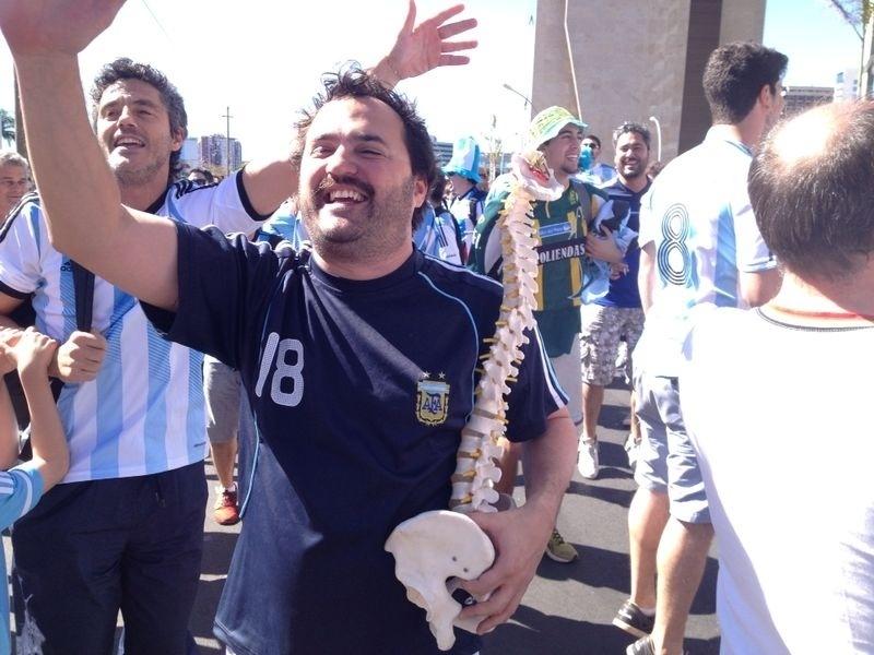 Torcedor argentino ironiza lesão de Neymar e leva uma 'coluna quebrada' para o jogo contra a Bélgica no Mané Garrincha, em Brasília