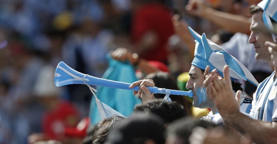 Torcedor da Argentina sopra corneta antes de partida contra a Bélgica, no estádio Mané Garrincha