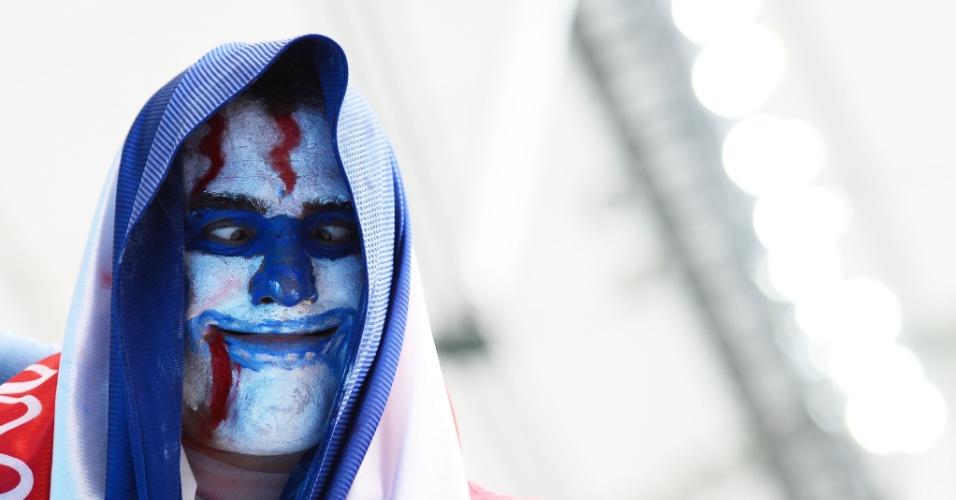Torcedor da Costa Rica usa fantasia exótica na partida contra a Holanda