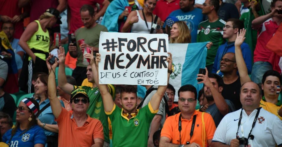 Torcedor exibe cartaz com mensagem de apoio a Neymar durante Holanda e Costa Rica, na Fonte Nova