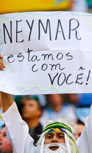 Torcedor exibe cartaz com mensagem de apoio a Neymar durante partida entre Argentina e Bélgica