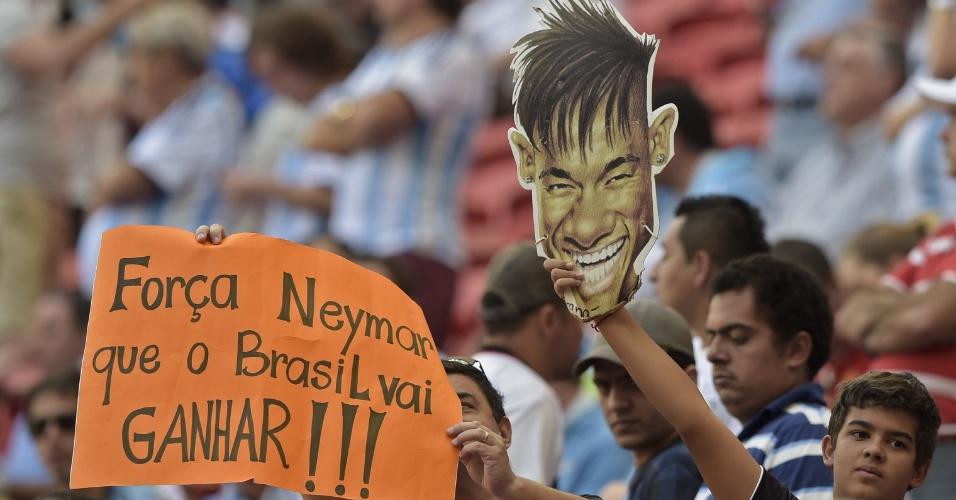 Torcedor exibe cartaz com mensagem de apoio a Neymar; jogador sofreu lesão contra a Colômbia e está fora da Copa do Mundo