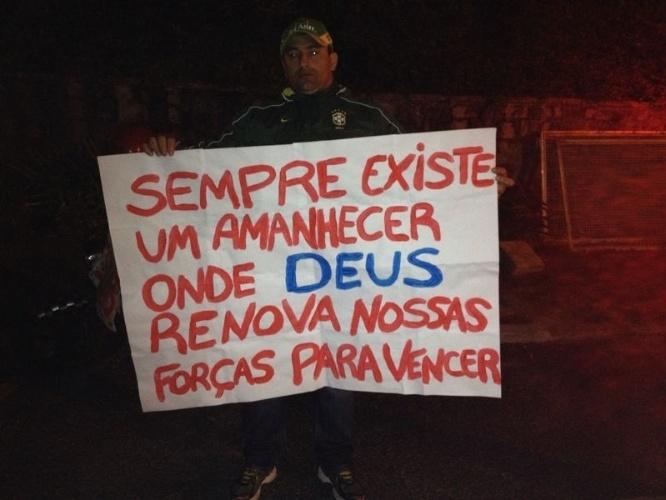 Torcedor exibe mensagem de apoio ao Neymar na Granja Comary, em Teresópolis