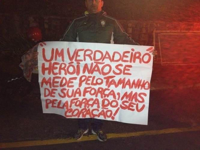 Torcedor leva mensagem de apoio para Neymar e aguarda chegada da seleção na Granja Comary