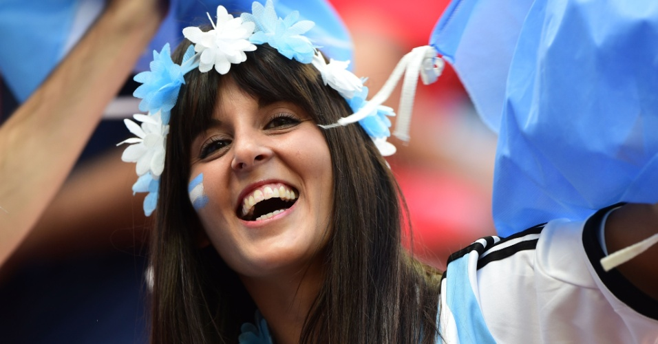 Torcedora da Argentina sorri antes de partida contra a Bélgica, em Brasília