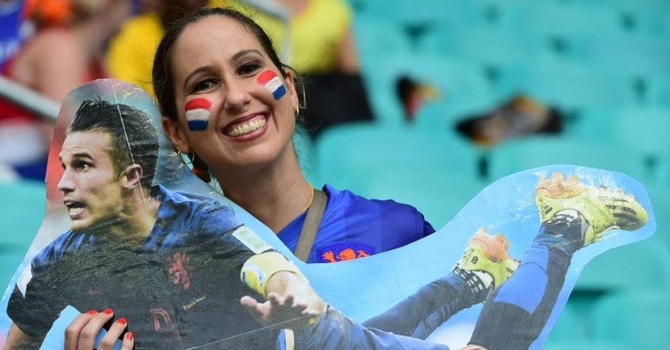 Torcedora da Holanda exibe foto gigante do movimento que Van Persie fez para marcar de cabeça contra a Espanha na estreia da Copa