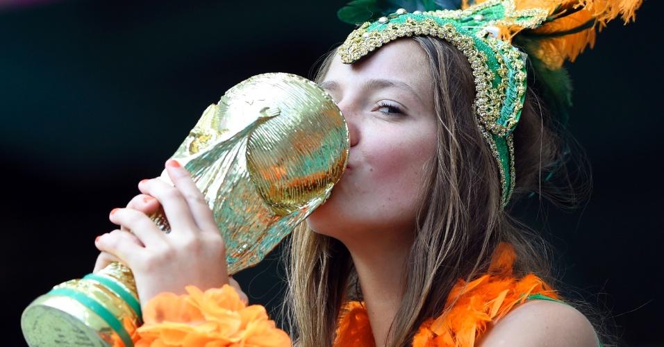 Torcedora holandesa beija a taça antes de jogo contra a Costa Rica, na Arena Fonte Nova