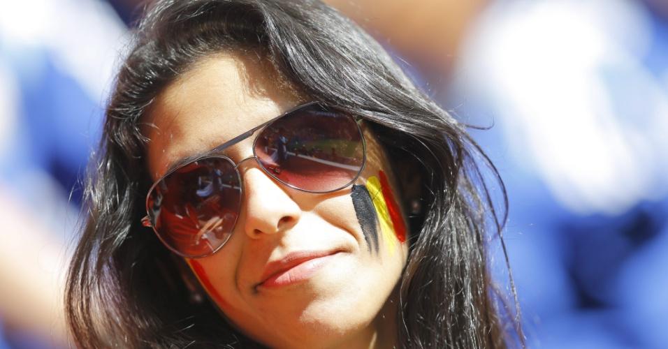 Torcedora pintada com as cores da Bélgica aguarda partida contra a Argentina na Arena Fonte Nova