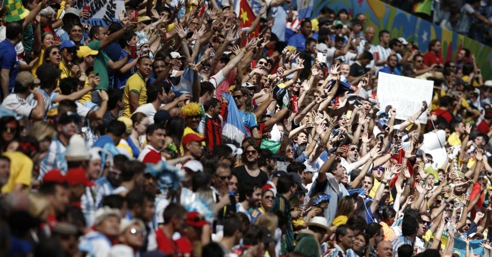 Torcedores fazem festa nas arquibancadas do Mané Garrincha na partida entre Bélgica e Argentina
