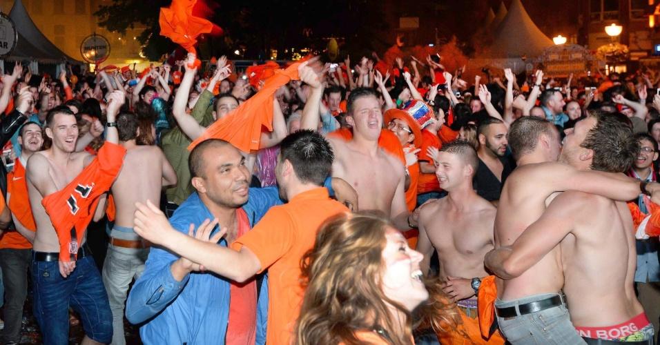 Torcedores holandeses comemoram vitória nos pênaltis sobre a Costa Rica pelas ruas da cidade de Eindhoven