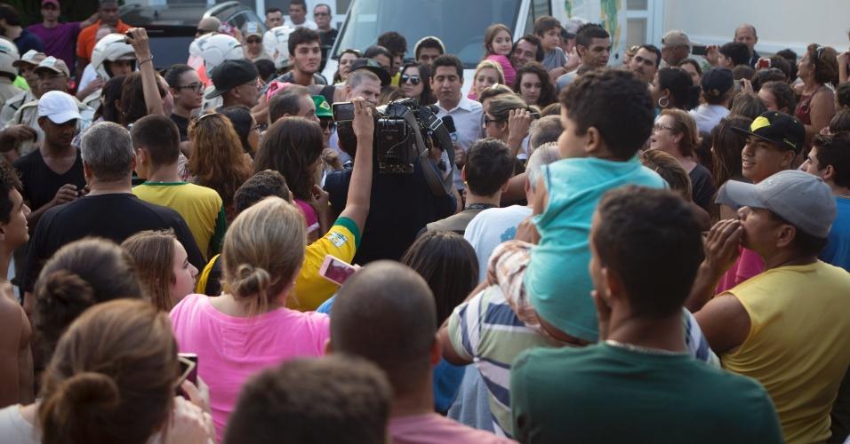 Torcedores lotam a frente da casa de Neymar, no Guaruja