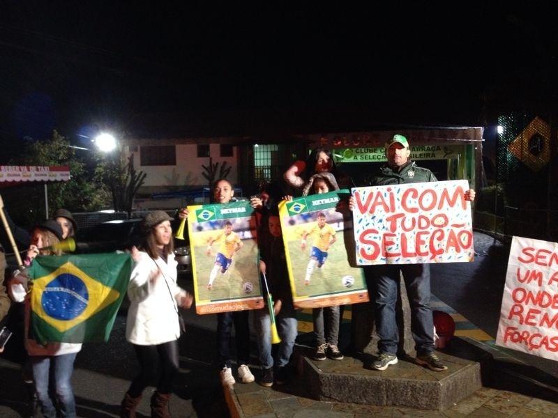 Torcedores recebem a seleção brasileira na Granja Comary com frases de apoio a Neymar
