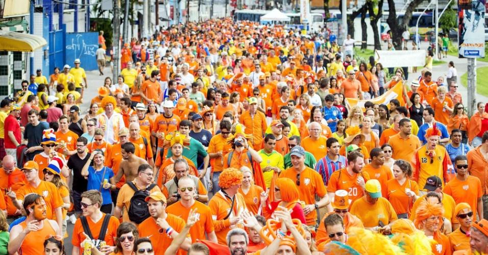 Torcida holandesa forma mar laranja em caminhada rumo à Arena Fonte nova