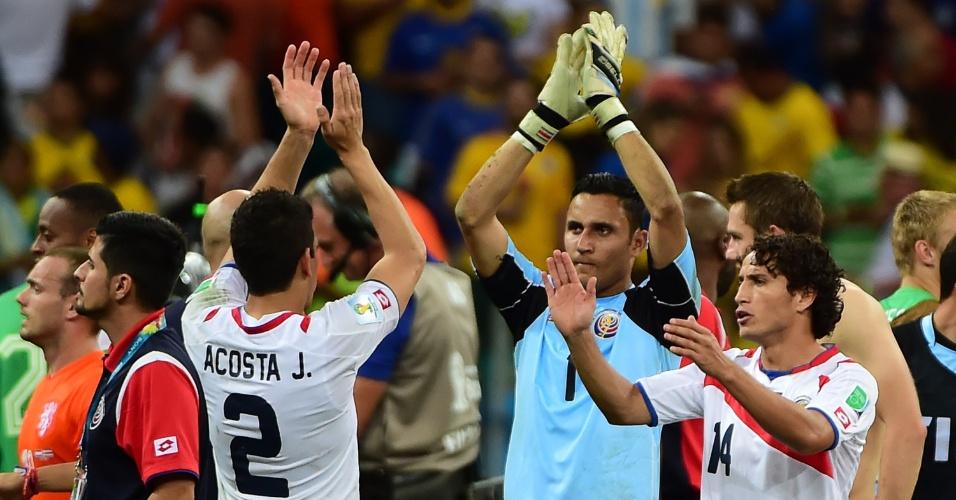 Um dos destaques da partida, goleiro Navas aplaude a torcida presente na Fonte Nova após a partida contra a Holanda