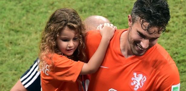 Van Persie, com sua filha no colo, ao fim da partida contra a Costa Rica na Fonte Nova