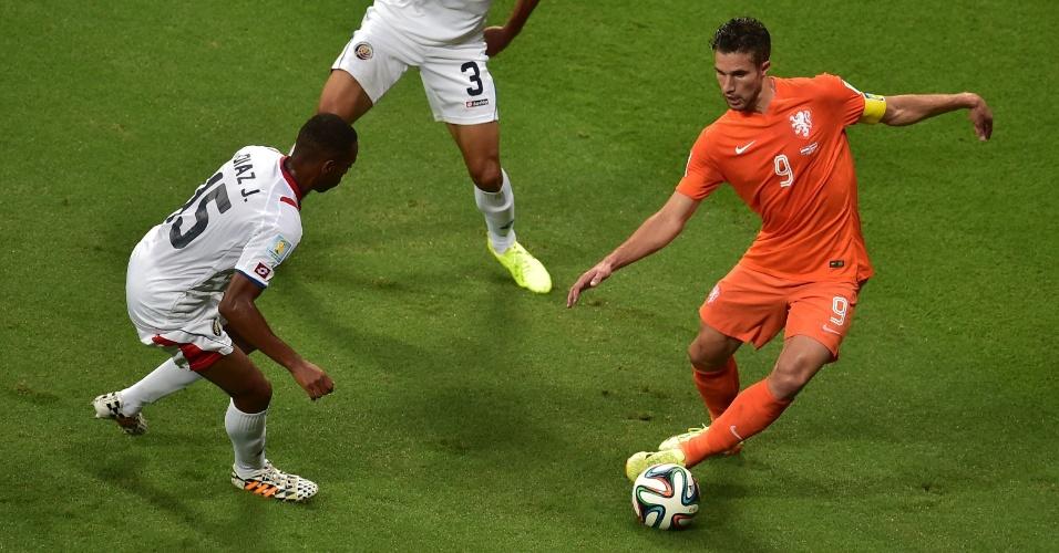 Van Persie tenta drible sobre Gonzalez durante Holanda e Costa Rica, na Fonte Nova