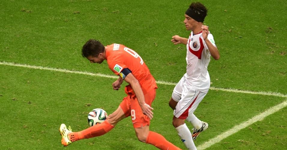 Van Persie teve grande chance de marcar para a Holanda, mas errou o chute na pequena área