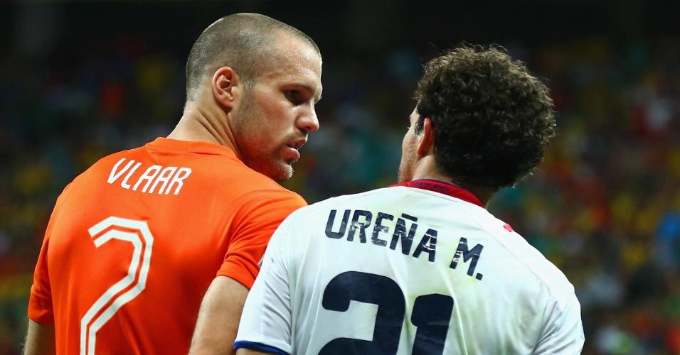 Vlaar e Ureña se estranharam após disputa de bola na área da Holanda