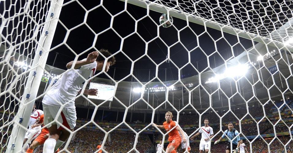 Zagueiro da Costa Rica tirou a bola em cima da linha e evitou que a Holanda marcasse
