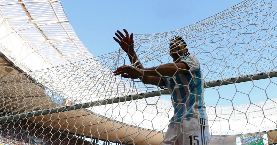 Zagueiro Demichelis segura a rede do gol após perder boa chance de marcar para a Argentina