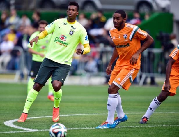 06.jul.2014 - Atacante Jô espera para dominar a bola em treino dos reservas do Brasil contra o time sub-20 do Fluminense