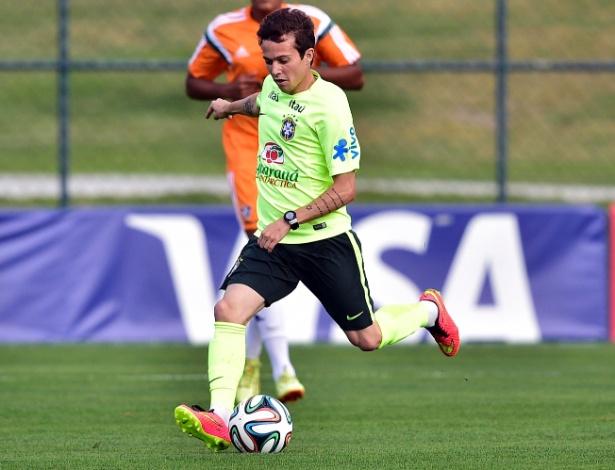 06.jul.2014 - Bernard carrega a bola durante treino da seleção contra o time sub-20 do Fluminense