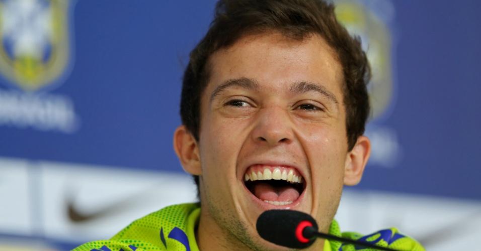 06.jul.2014 - Bernard sorri durante entrevista coletiva neste domingo. O jogador pediu tranquilidade para que a seleção possa superar a ausência de Neymar contra a Alemanha