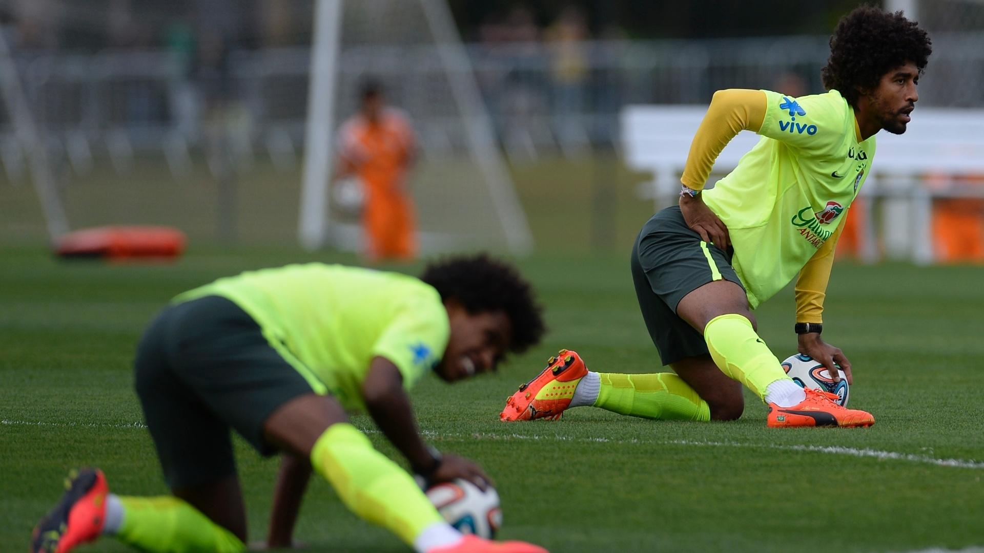 06.jul.2014 - Dante (ao fundo) e Willian fazem aquecimento antes de jogo treino dos reservas da seleção contra o time sub-20 do Fluminense