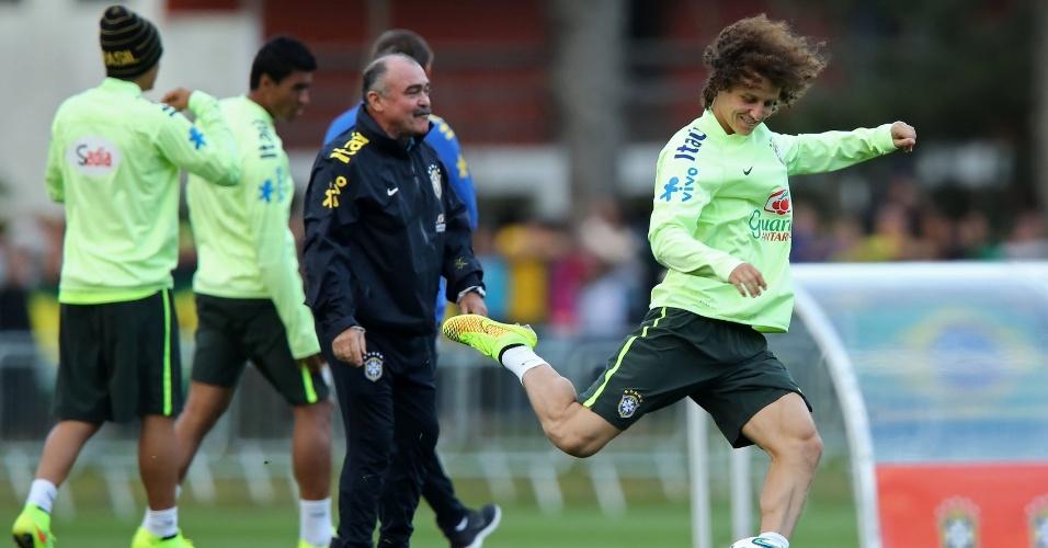 06.jul.2014 - David Luiz bate bola enquanto os reservas treinam contra o time sub-20 do Fluminense