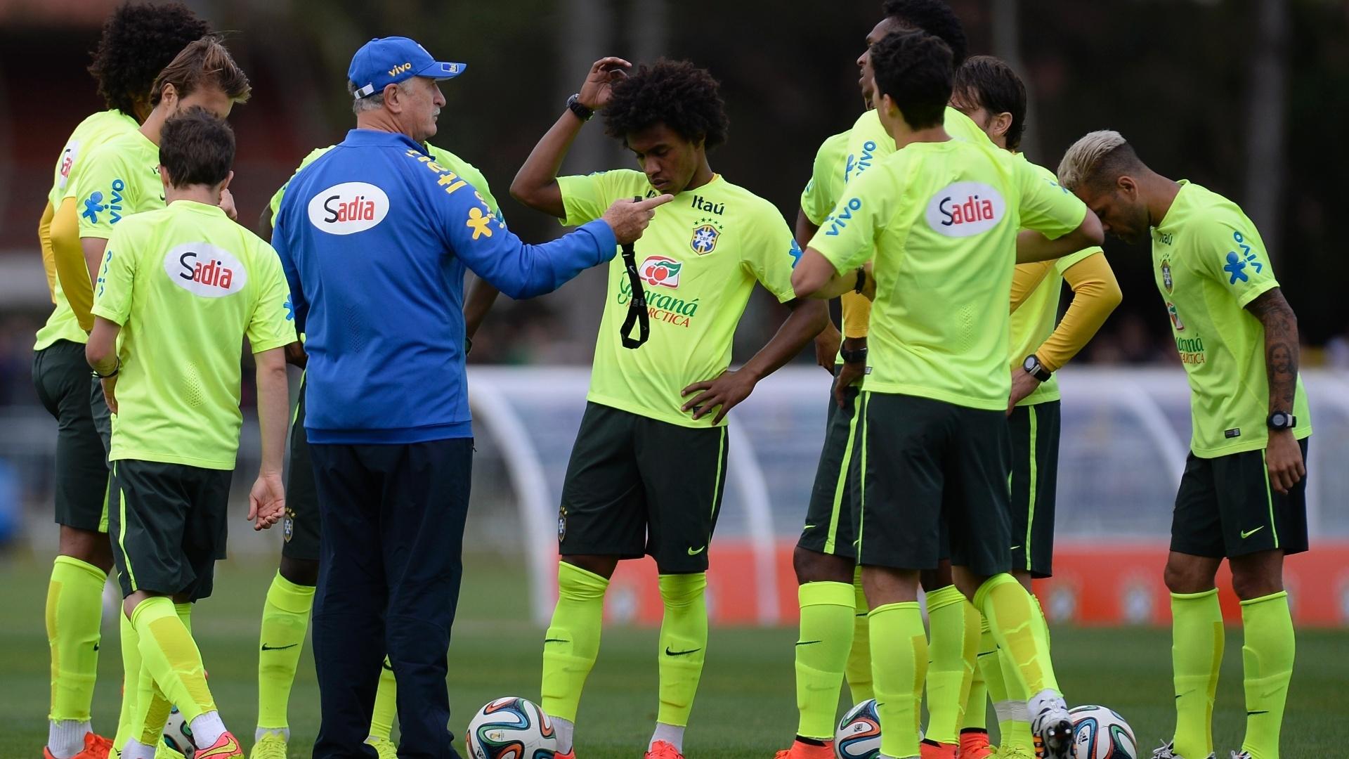 06.jul.2014 - Felipão conversa com os jogadores reservas da seleção, durante treino contra a equipe sub-20 do Fluminense