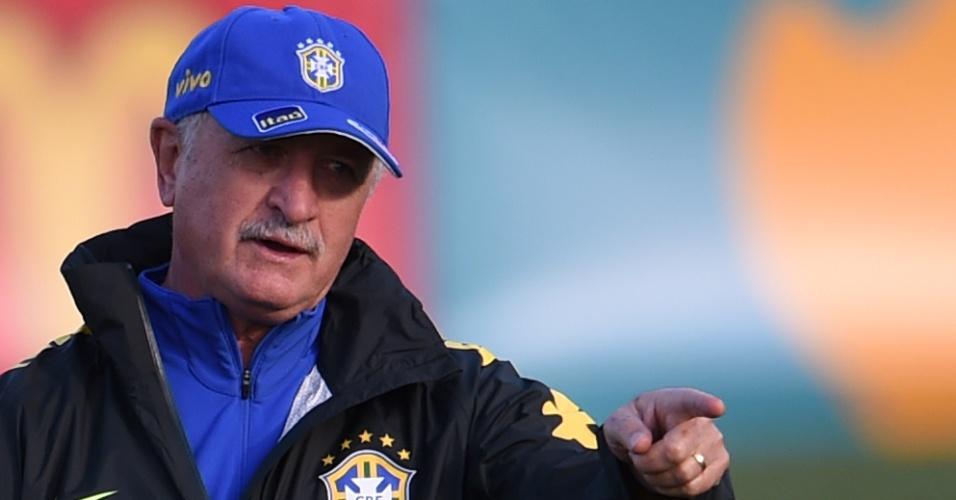 06.jul.2014 - Felipão gesticula durante treino da seleção contra o time sub-20 do Fluminense