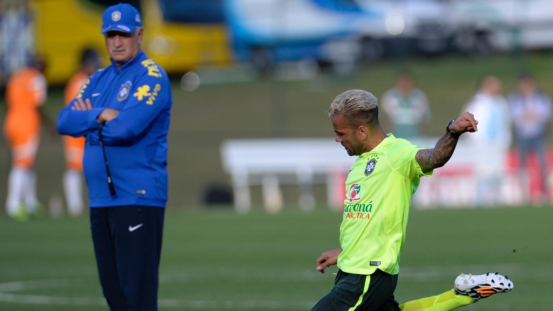 06.jul.2014 - Felipão observa Daniel Alves durante treinamento da seleção brasileira contra o time sub-20 do Fluminense