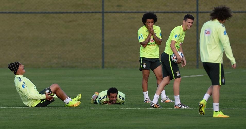 06.jul.2014 - Jogadores da seleção brasileira caem na risada durante atividade neste domingo