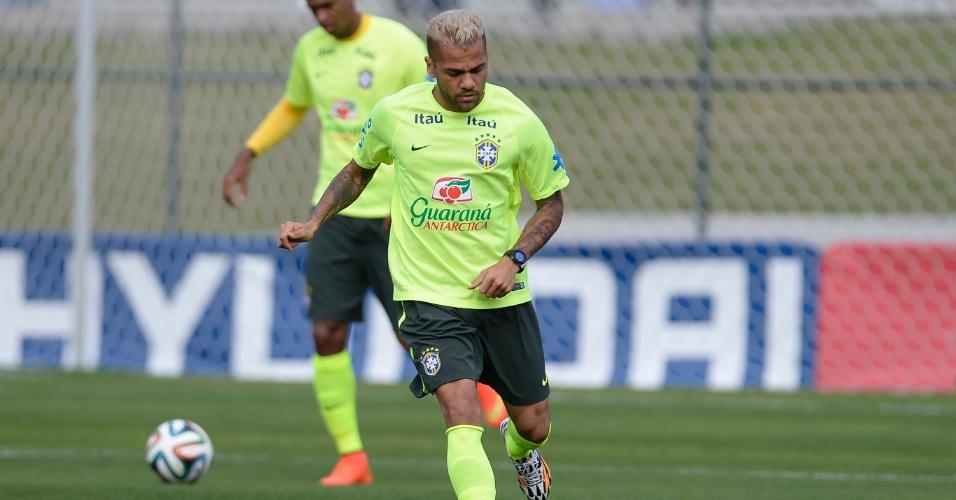06.jul.2014 - Lateral Daniel Alves, que foi para o banco de reservas contra a Colômbia, treina contra o time sub-20 do Fluminense