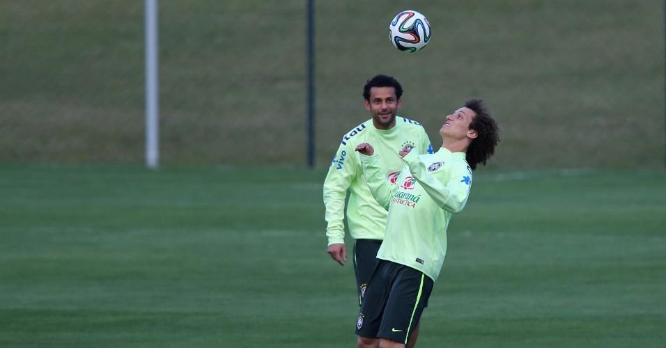 06.jul.2014 - Observado de perto por Fred, zagueiro David Luiz domina a bola durante atividade da seleção brasileira