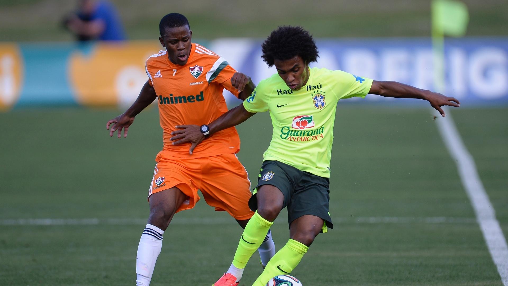 06.jul.2014 - Possível substituto de Neymar, Willian encara a marcação do time sub-20 do Fluminense durante treino dos reservas da seleção
