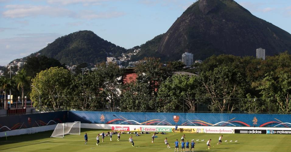 06.jul.2014 - Seleção holandesa aproveita a bela paisagem do Rio de Janeiro e treina para as semifinais da Copa, contra a Argentina