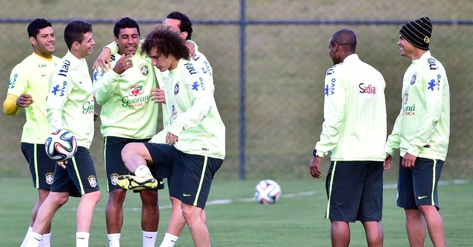 06.jul.2014 - Titulares da seleção brasileira brincam enquanto os reservas treinam contra o time sub-20 do Fluminense