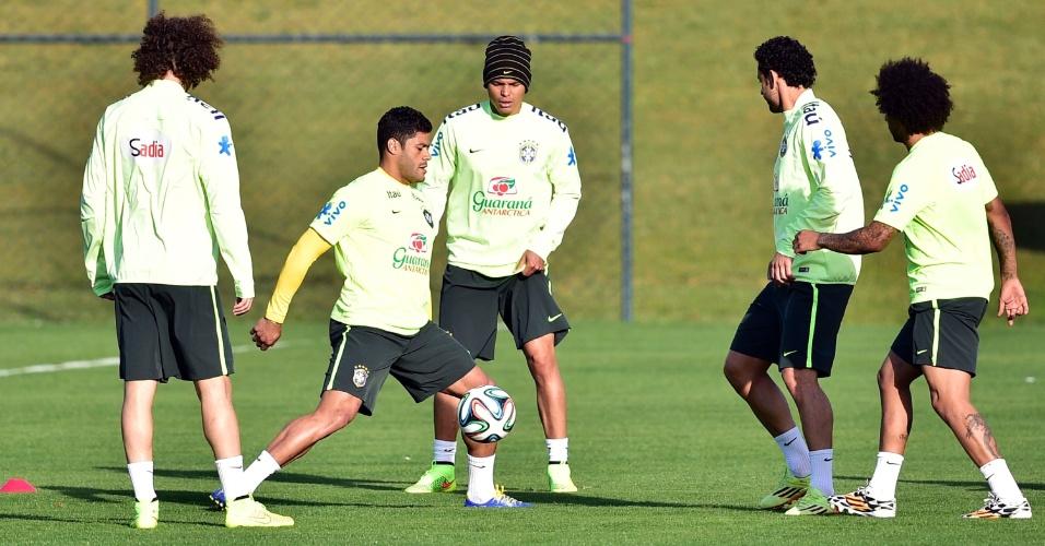 06.jul.2014 - Titulares do Brasil batem bola enquanto os reservas fazem treinamento contra o time sub-20 do Fluminense