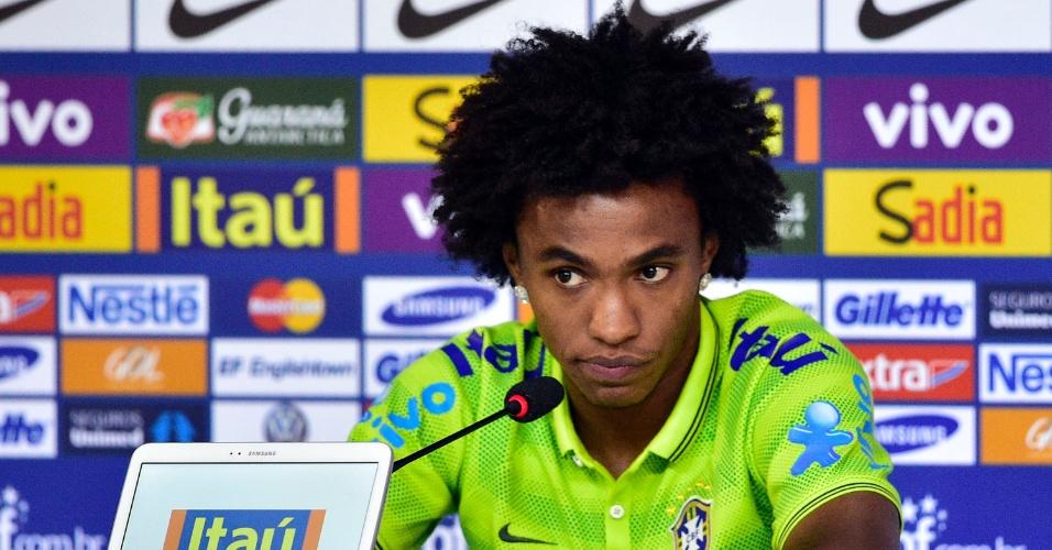 06.jul.2014 - Willian concede entrevista coletiva durante a preparação da seleção brasileira para a semifinal da Copa, contra a Alemanha