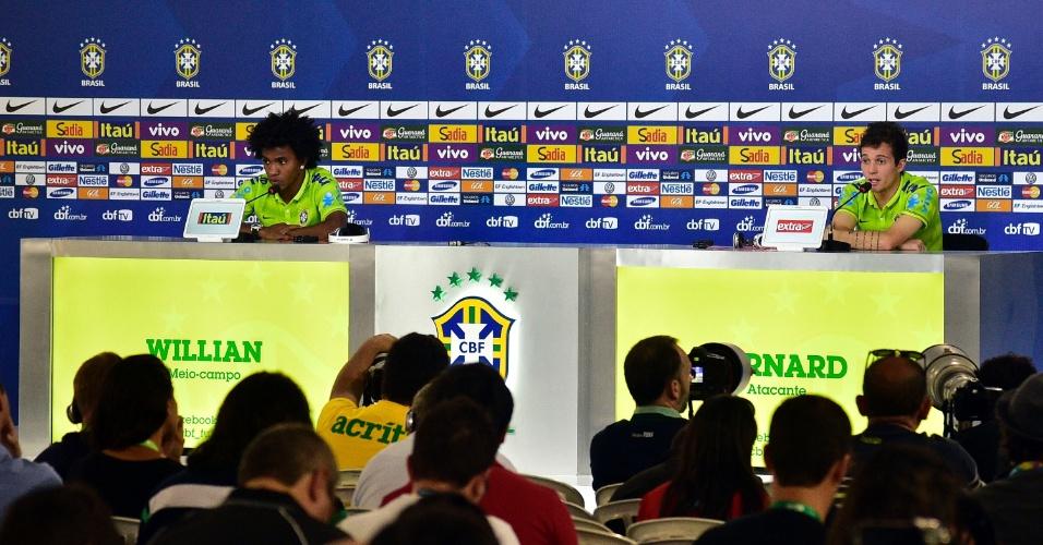 06.jul.2014 - Willian e Bernard foram os jogadores escolhidos para participar da entrevista coletiva deste domingo