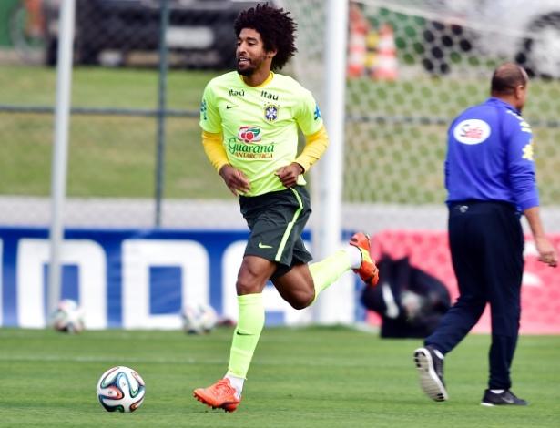 06.jul.2014 - Zagueiro Dante corre no gramado antes do treino da seleção brasileira