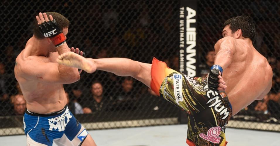 05.jul.2014 - Americano Chris Weidman (esquerda) vence o brasileiro Lyoto Machida e mantém o cinturão do peso médio, no UFC 175