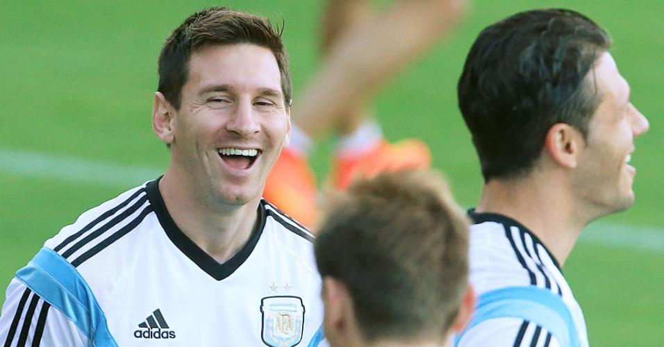 06.jul.2014 - Argentino Messi se diverte no treino da seleção, na Cidade do Galo, um dia depois de avançar para a semifinal da Copa