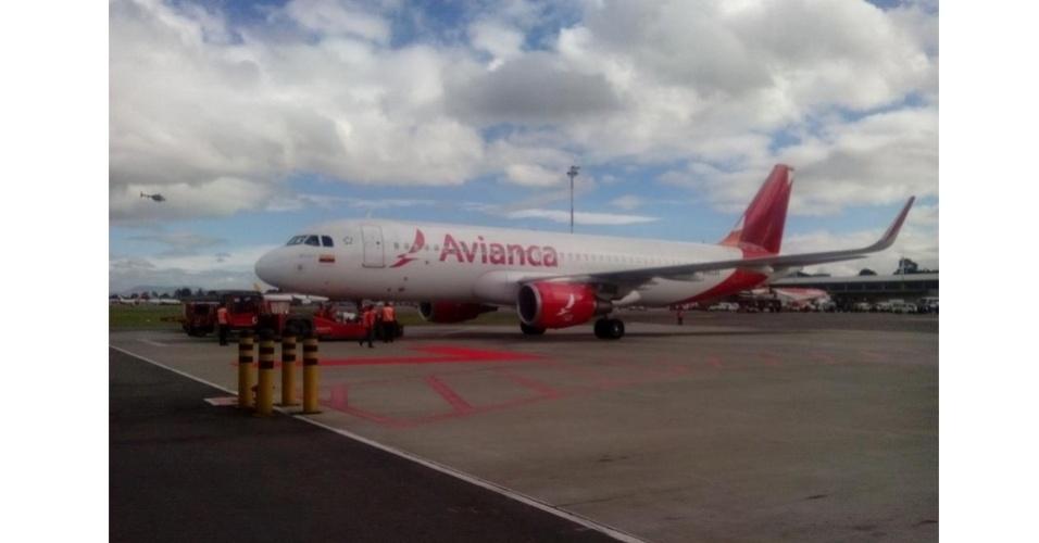 06.jul.2014 - Avião que leva a seleção da Colômbia pousa em aeroporto em Bogotá, após boa campanha na Copa do Mundo